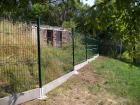 Panelový drátěný plot, panel Galaxia, sloupek kulatý 48 mm, barva zelená RAL 6005, betonová podhrabová deska