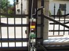 Kovaná posuvná brána LUX, vzor AW.10.58, barva černá mat struktura RAL 9005 - detail pohonu a řídící elektroniky zakrytované ve sloupku brány