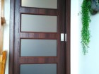 Posuvné dveře na stěnu deskové STANDARD, vzor Manhattan, povrch Ořech 3D Greko