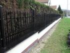 Kovový plot z dutých ocelových profilů, provedení VARIO, vzor AW.10.84, barva hnědá RAL 8019