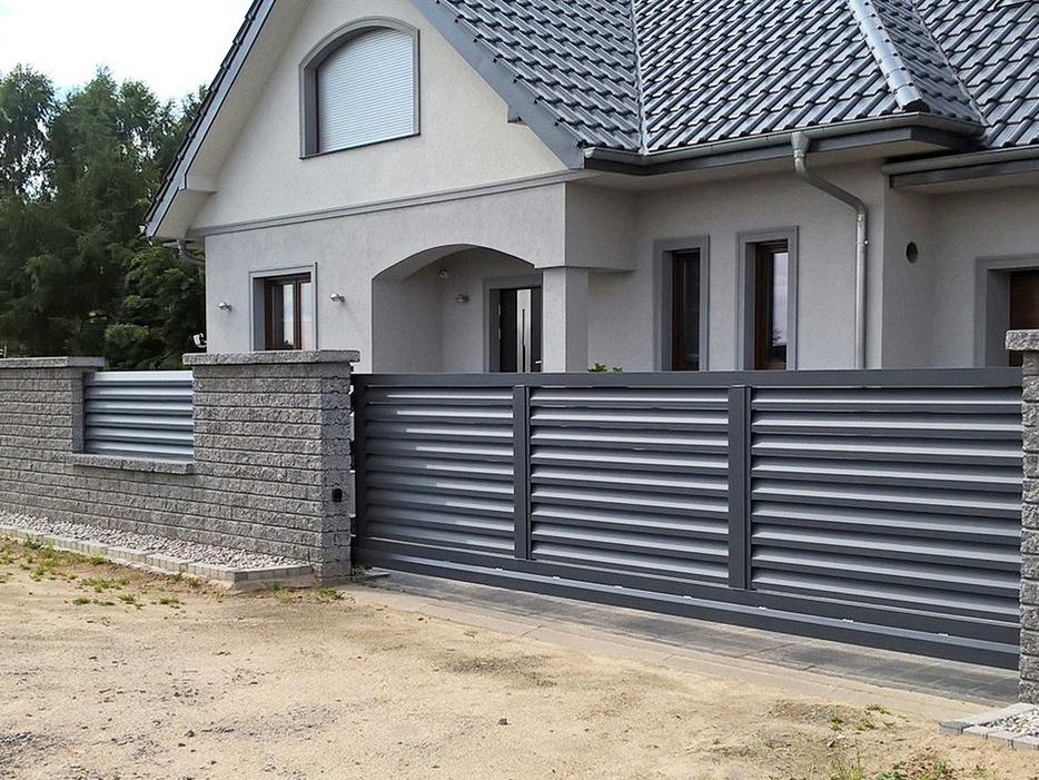 Hliníková posuvná brána se svařovanou konstrukcí