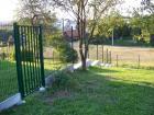 Panelový drátěný plot VEGA B Light, sloupek Omega kulatý 48 mm, barva zelená RAL 6005, betonová podhrabová deska