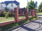Kovaný plot LUX, vzor AW.10.57 s výměnou ornamentu za srdíčko a s hrotem SP-E, barva hnědá RAL 8019
