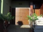 Křídlová vrata z trapézového plechu, design vodorovná úzká lamela, fólie dekor zlatý dub