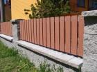 Dřevoplastový plot FOREST, dekor Merbau, rámy a nosníky ocelové - barva šedá RAL 7040