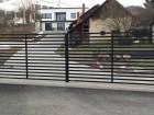 Moderní plot z ocelových profilů MODERN, vzor AW.10.105, barva černá mat struktura RAL 9005