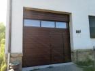 Sekční vrata UniPro s průchozími dveřmi, celoprosklený panel, design lamela, fólie dekor ořech