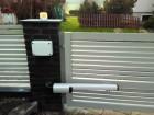 Křídlová vjezdová brána s linkovým pohonem Somfy Ixengo io s možností ovládání pomocí chytrých technologií