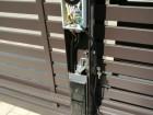 Posuvná vjezdová brána se sloupkovým pohonem AWso io s možností ovládání pomocí chytrých technologií
