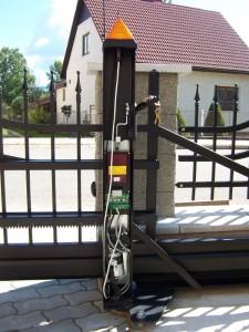 Posuvná samonosná brána - pohon a řídící elektronika integrovaná ve sloupku brány